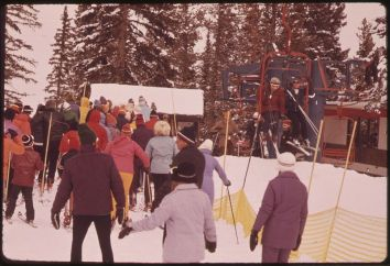 Skiiers boarding chair lift at Aspen, Colorado (1974). Courtesy of U.S. National Archives and Records Administration (Wikimedia Commons).