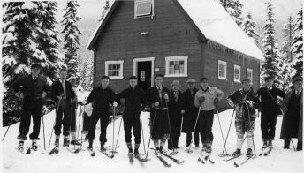 Skiers at Snoqualmie Pass, Washington (1938). Courtesy of Seattle Municipal Archives (Wikimedia Commons).