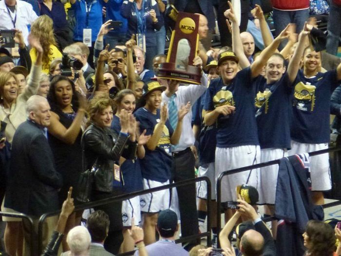 UConn_team_with_championship_trophy_2014